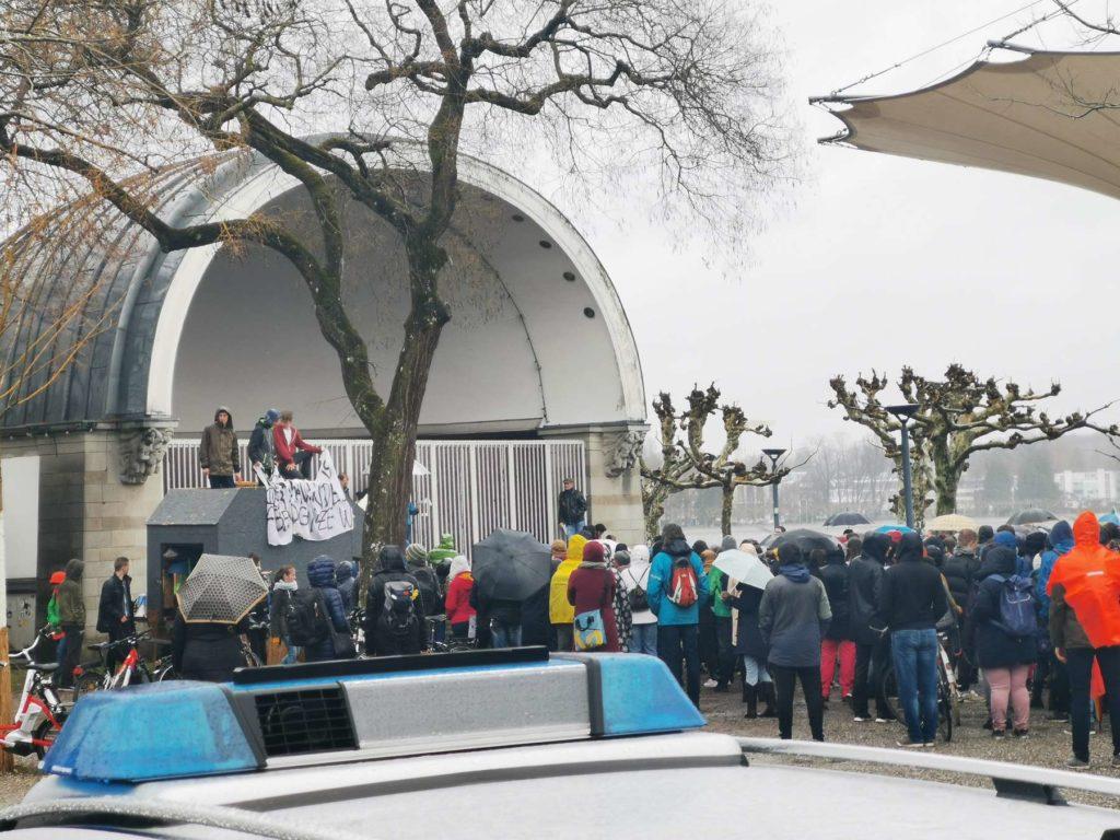 Fridays For Future in Konstanz am 15.03.19. Nahaufnahme der Konzertmuschel im Stadtgarten.