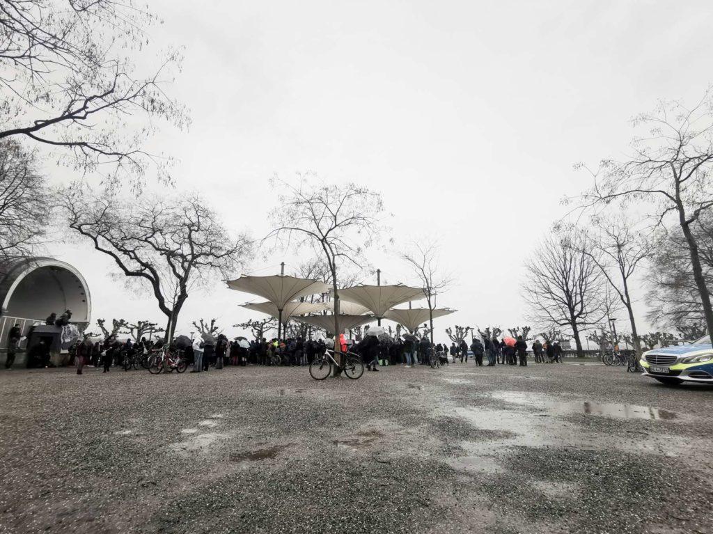 Verregneter Fridays For Future in Konstanz im Stadtgarten am 15.03.19. Pfützen umgeben die Demonstranten