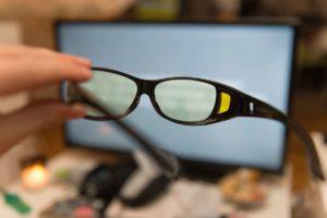 tv brille blaulicht hand